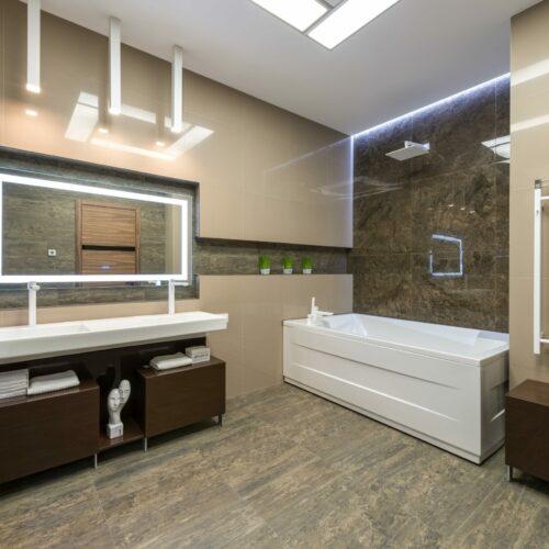 Duża łazienka może być nie lada wyzwaniem. Jak ją urządzić?